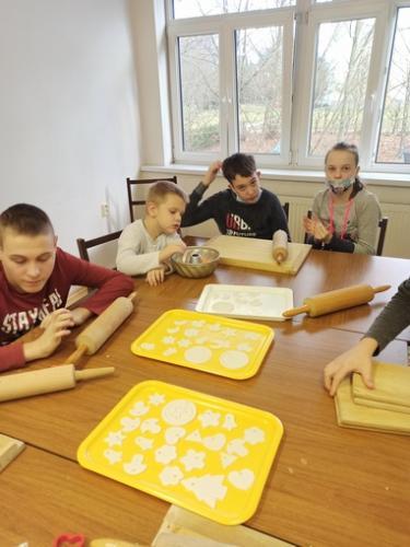 Tvorivé dielne v ŠKD – príprava vianočných ozdôb a medovníkov