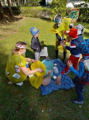 deti vyberajú odpadky z jazierka
