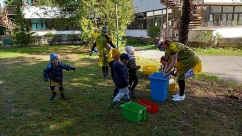 deti zbierajú odpad