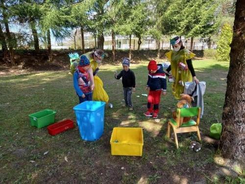 deti separujú do farebných kontajnerov