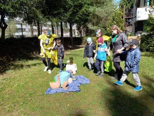 deti pozorujú jazierko