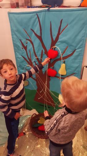 chlapec a jabĺčko