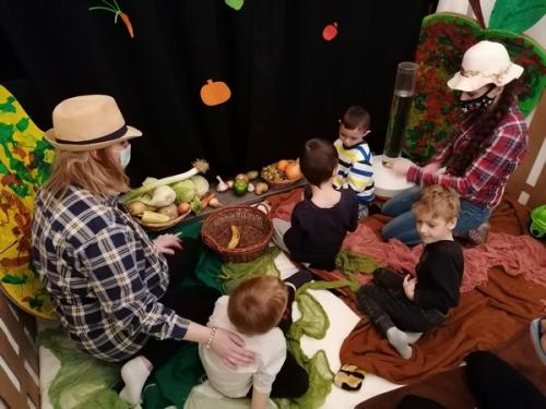 vkladanie zeleniny do košíka
