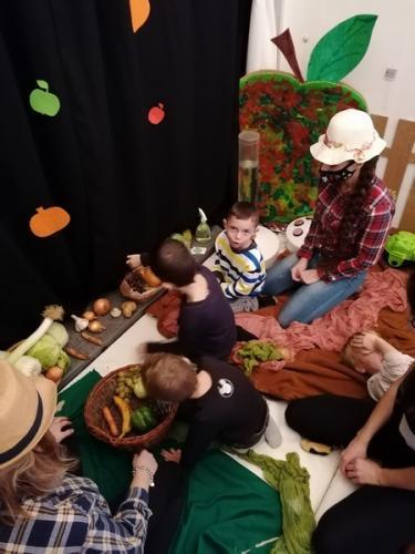 ukladanie zeleniny do košíka
