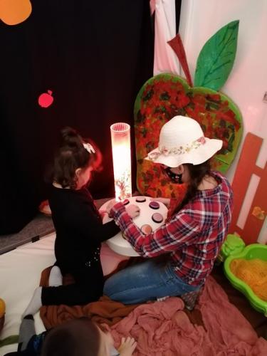 dieťa so svetelným valcom