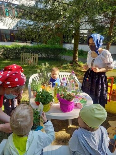 deti ochutnávajú bylinky
