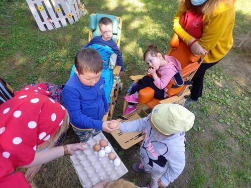 deti ukladajú vajíčka