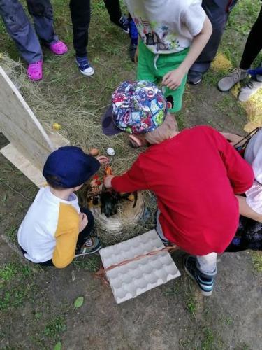 deti zbierajú vajíčka