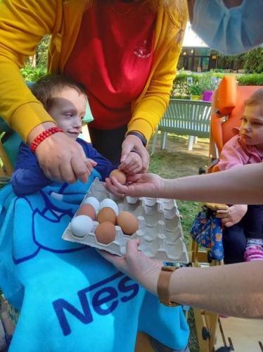 chlapec s vajíčkami
