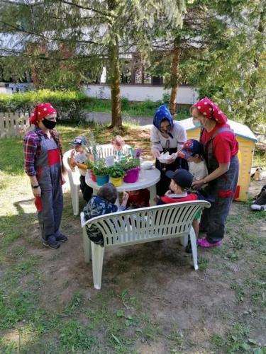 deti ochutnávajú výrobky z byliniek