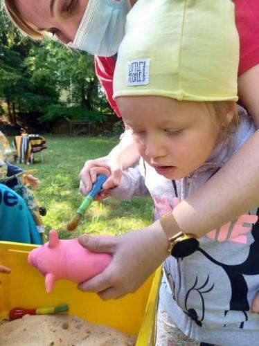dievčatko čistí prasiatka