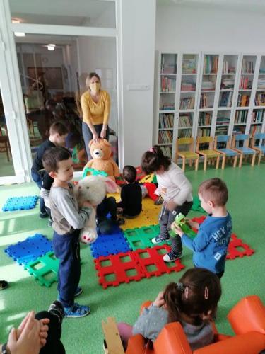 deti stavajú domček