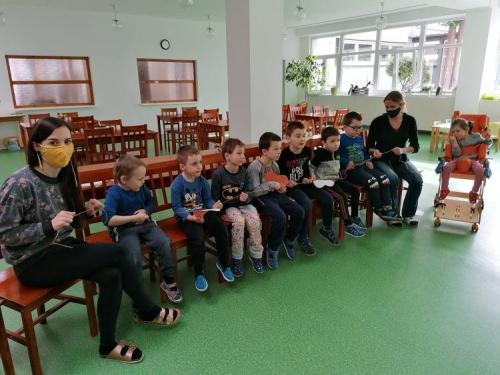deti počúvajú rozprávku
