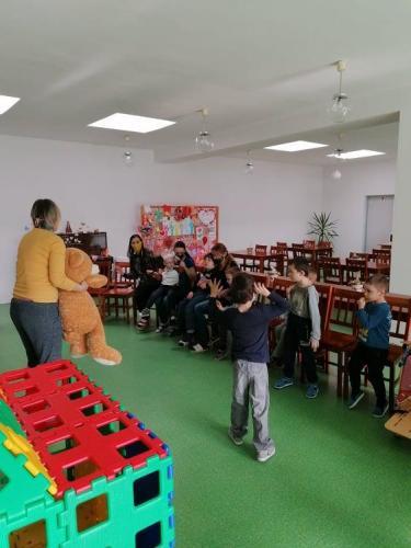 deti pri rozprávke