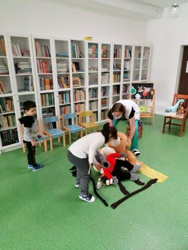deti stavajú dom pre zvieratká