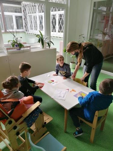 deti tvoria 2D domček