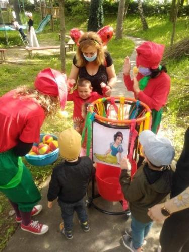 deti hádžu loptičky do koša