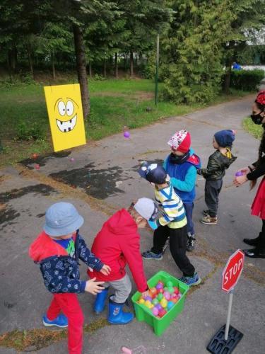 chlapec hádže balón na terč