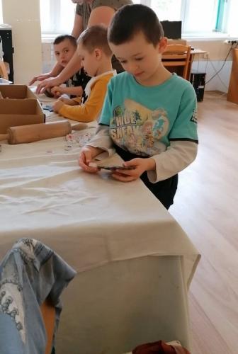 chlapec pracuje s hlinou