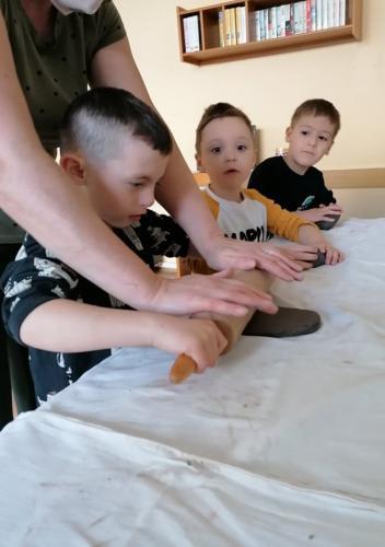 deti vaľkajú hlinu