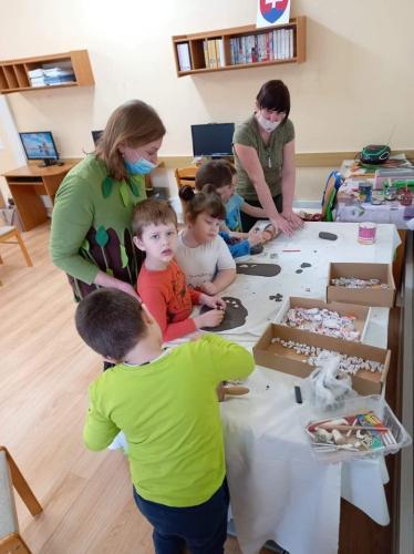 deti pracujú s hlinou