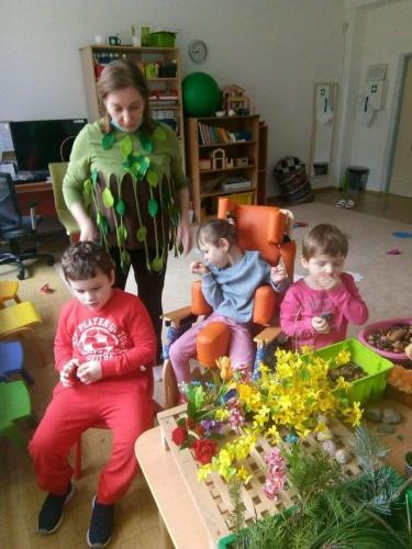 deti pri jarnom stole