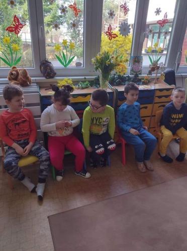 deti sediace na stoličkách