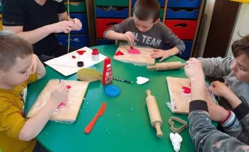 deti maľujú srdiečka