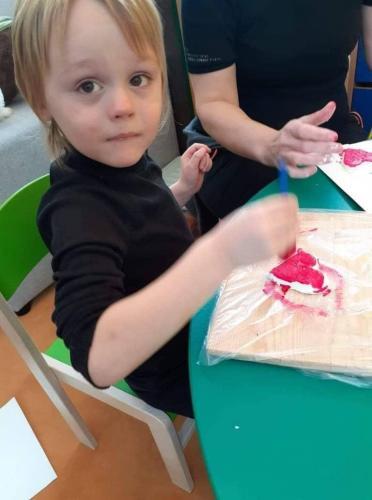 chlapec maľuje