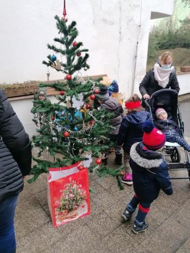deti pri stromčeku