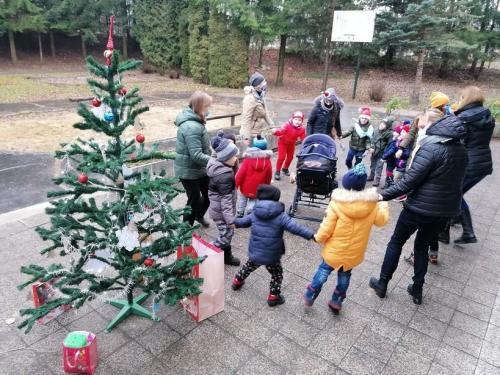 tanec pri stromčeku