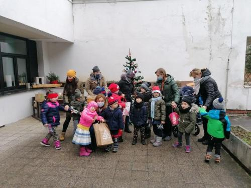 deti s darčekmi