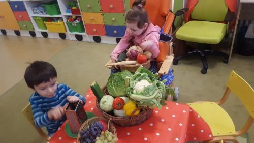 deti s ovocím a zelninou