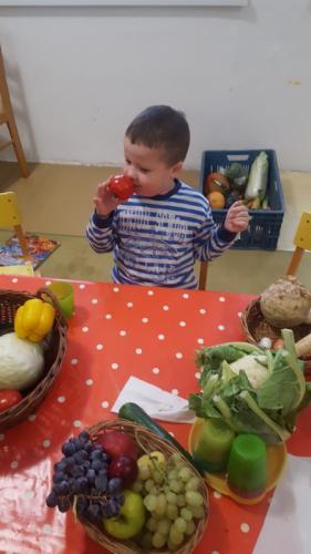 chlapec s jabĺčkom