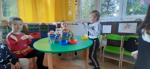 deti za stolom