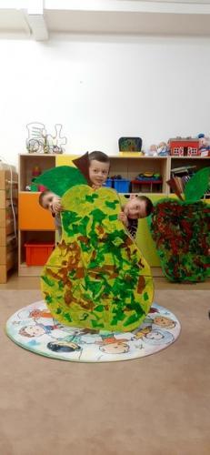 deti za veľkou hruškou