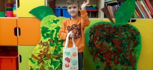 chlapec s taškou