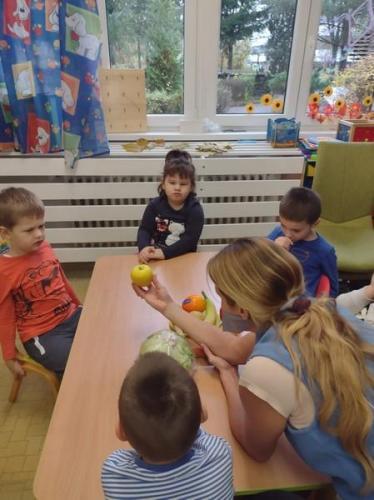 deti pozerajúce sa na jabĺčko