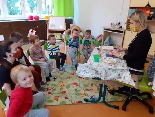 deti pozerajúce sa na pracovný postup