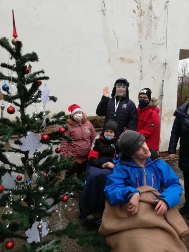 Vianočný punč pri stromčeku
